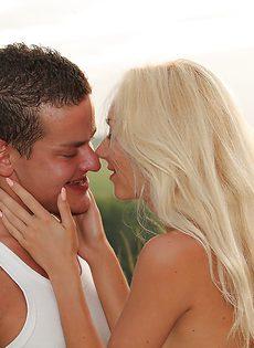 Оральное порно с блондинистой девушкой Victoria Puppy на природе - фото #1