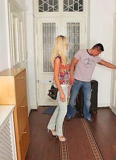 Парнишка вставляет горячий член в тоненькую блондинку - фото #1