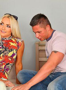 Парнишка вставляет горячий член в тоненькую блондинку - фото #2