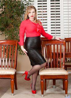 Аппетитная блондинка Victoria Tyler в колготках - фото #1