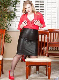 Аппетитная блондинка Victoria Tyler в колготках - фото #3