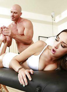 Лысый массажист удовлетворил молоденькую брюнеточку - фото #5