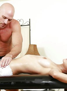 Лысый массажист удовлетворил молоденькую брюнеточку - фото #8