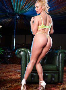 Умопомрачительная блондинка с большими силиконовыми сиськами - фото #6