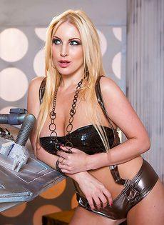Сиськи у этой блондинистой девушки просто великолепные - фото #3