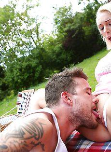 На пикнике парнишка отодрал во влагалище шикарную девушку - фото #3