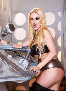 Восхитительная европейская блондинка лапает себя за грудь - фото #4