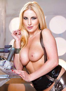 Восхитительная европейская блондинка лапает себя за грудь - фото #8