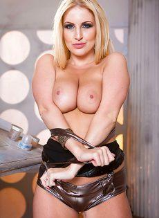 Восхитительная европейская блондинка лапает себя за грудь - фото #11
