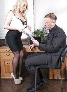 Офисный секс с обворожительной секретаршей в чулках - фото #1