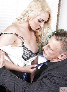 Офисный секс с обворожительной секретаршей в чулках - фото #2
