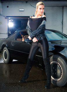 Обнаженная блондиночка позирует возле черного автомобиля - фото #2