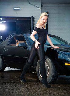 Обнаженная блондиночка позирует возле черного автомобиля - фото #3