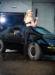 Обнаженная блондиночка позирует возле черного автомобиля - фото #4