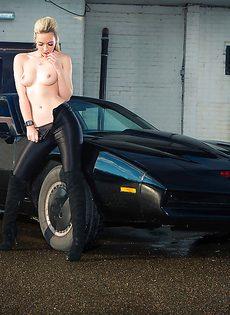 Обнаженная блондиночка позирует возле черного автомобиля - фото #5