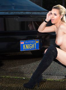Обнаженная блондиночка позирует возле черного автомобиля - фото #15