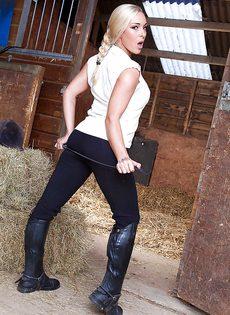 Соло замечательной блондинистой девушки на конюшне - фото #1