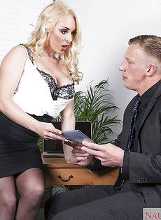 Соблазнительная секретарша хочет удовлетворить начальника - фото #1