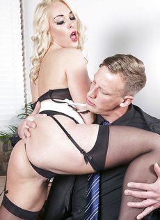 Соблазнительная секретарша хочет удовлетворить начальника - фото #3