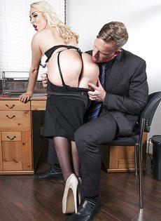 Соблазнительная секретарша хочет удовлетворить начальника - фото #4