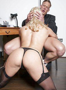 Соблазнительная секретарша хочет удовлетворить начальника - фото #11
