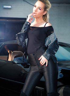 Обнаженная стройная блондинка позирует возле дорогого авто - фото #1