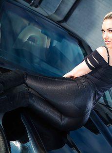 Обнаженная стройная блондинка позирует возле дорогого авто - фото #2