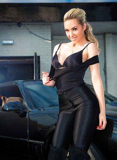 Обнаженная стройная блондинка позирует возле дорогого авто - фото #3