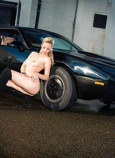 Обнаженная стройная блондинка позирует возле дорогого авто - фото #8