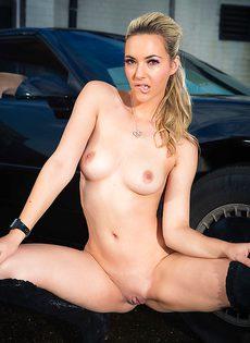 Обнаженная стройная блондинка позирует возле дорогого авто - фото #10