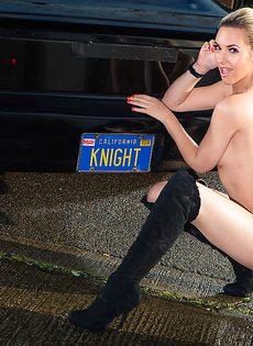 Обнаженная стройная блондинка позирует возле дорогого авто - фото #14