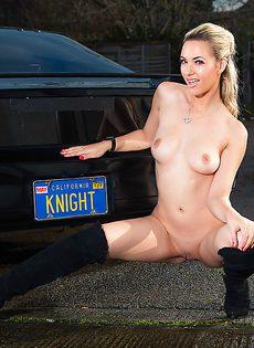 Обнаженная стройная блондинка позирует возле дорогого авто - фото #15