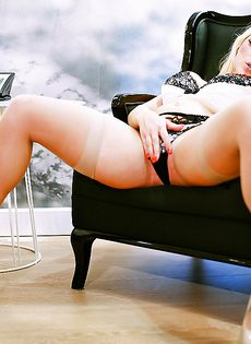 Ухоженная гламурная блондинка в красивом нижнем белье - фото #4