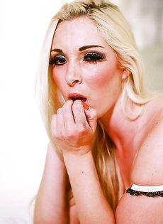 Ухоженная гламурная блондинка в красивом нижнем белье - фото #12