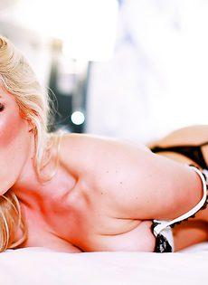 Ухоженная гламурная блондинка в красивом нижнем белье - фото #13