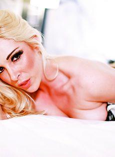 Ухоженная гламурная блондинка в красивом нижнем белье - фото #15