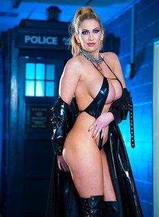 Жаркая блондинка с очень большими силиконовыми сиськами - фото #2