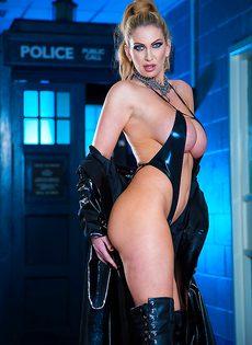 Жаркая блондинка с очень большими силиконовыми сиськами - фото #3