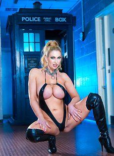 Жаркая блондинка с очень большими силиконовыми сиськами - фото #6