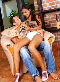 Молоденькую брюнетку трахнули в киску в кресле - фото #1