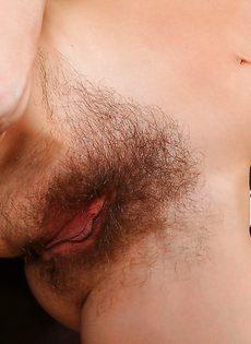 Волосатое влагалище и маленькие сиськи взрослой брюнетки - фото #9