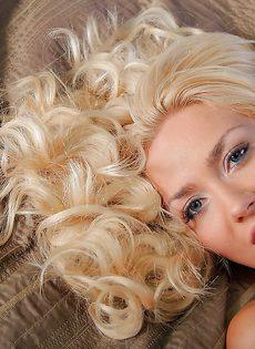 Гламурная кудрявая блондинка с красивой розовой киской - фото #6