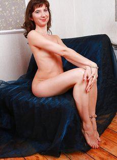 Волосатая вагинальная дырка зрелой брюнетки крупным планом - фото #16