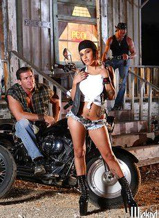 Жаркая брюнетка позирует голой возле мотоцикла - фото #1