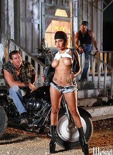 Жаркая брюнетка позирует голой возле мотоцикла - фото #2