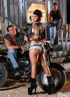 Жаркая брюнетка позирует голой возле мотоцикла - фото #4