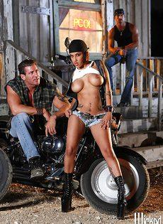 Жаркая брюнетка позирует голой возле мотоцикла - фото #5