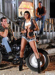 Жаркая брюнетка позирует голой возле мотоцикла - фото #6