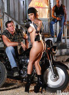 Жаркая брюнетка позирует голой возле мотоцикла - фото #7