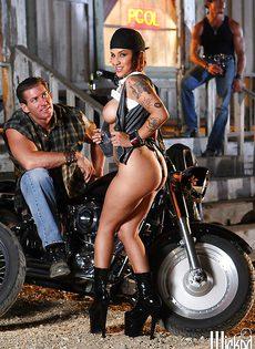 Жаркая брюнетка позирует голой возле мотоцикла - фото #8